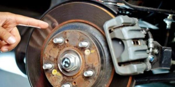 Почему скрипят тормоза при торможении и как это исправить?